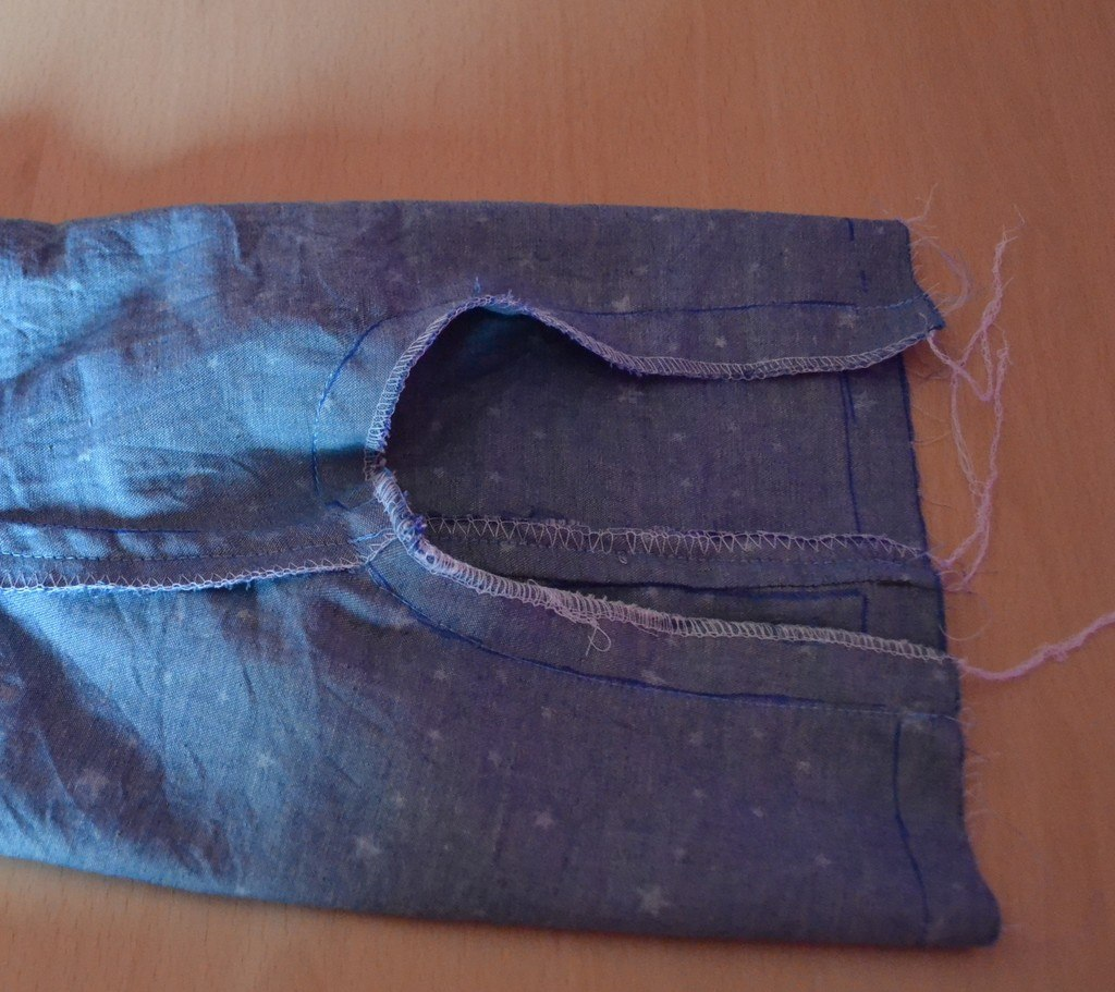 Couture des 2 jambes ensemble et surjet des bords ensemble
